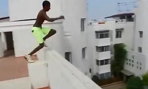 高楼跳水新技能 实拍牛人楼顶跳下连线泳池