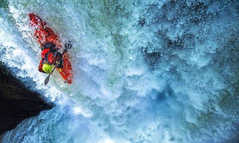 瀑布悬崖挑战自由落体 皮划艇大神破世界纪录