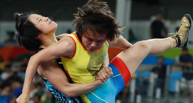 孙亚楠54秒战胜对手,获自由式摔跤48公斤级铜牌