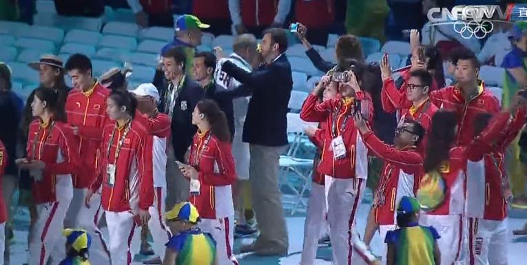 中国女排姑娘步入现场,拼搏精神激励国人