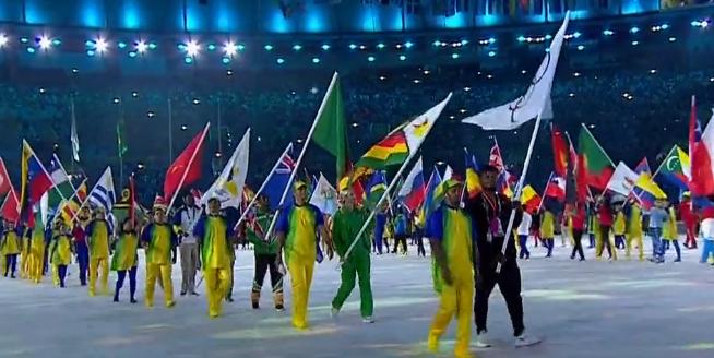 众国旗手亮相闭幕式,丁宁高举五星红旗