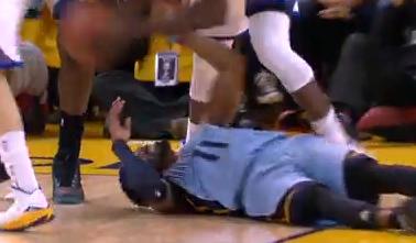 康利突破被夹击不慎撞到脸倒地不起